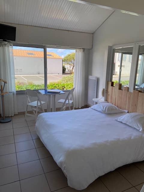 Chambre familiale 4 personnes vue jardin Hôtel Bord à bord à Noirmoutier en Vendée 85